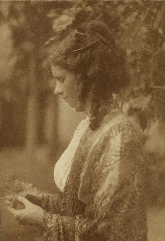 Miss Woods, circa 1905 © Estate of Minna Keene : courtesy Stephen Bulger Gallery