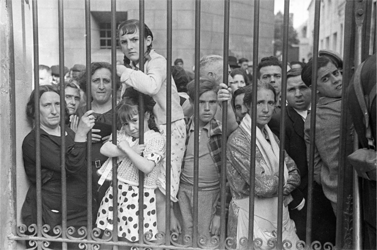 Gerda Taro - Crowd at Morgue in Valencia